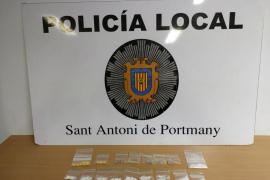 Detienen a una joven de 22 años mientras traficaba con drogas en plena calle en Sant Antoni