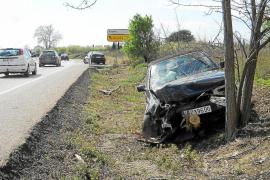 Un coche se sale de la carretera de Sóller y se estrella contra un árbol
