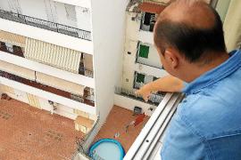«Los ocupas nos amenazan y gastan más de 2.500 euros de agua que pagamos nosotros»
