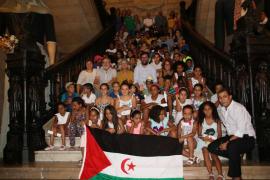 Niños del pueblo saharaui visitan el Parlament y el Ayuntamiento de Palma