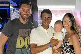 Rudy Fernández y Helen Lindes visitan el centro de Rafael Nadal