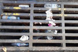 Hasta 500 kilos de residuos llenan cada día las calles de Punta Ballena