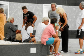 Gran expectación a las puertas en Ibiza por el estado de salud de Ángel Nieto