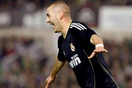 Benzema y Adebayor le dieron el triunfo a un Madrid que no acusó la baja de CR-7