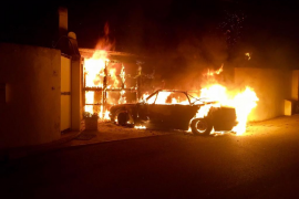 Un incendio destroza dos coches y daña un chalet en Peguera