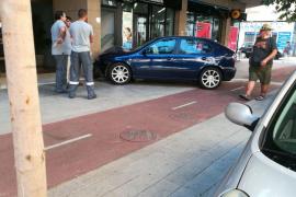 Un coche se empotra contra una oficina bancaria en Palma