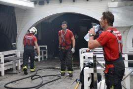 Los bomberos sofocan un incendio en un bar de Magaluf