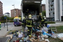 Rescatan a un hombre de 35 años del interior de un camión de basura
