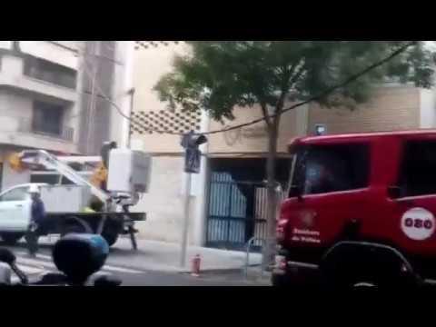 Un camión de Emaya tira el cableado de electricidad en Son Cotoner y causa un incendio