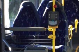 Un grupo de radicales confunde los asientos de un autobús vacío con mujeres con burka