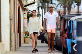 La actriz argentina 'Tini' Stoessel y Pepe Barroso Jr. pasean su amor por Ibiza