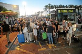 Los taxis del aeropuerto amenazan con otro plante por el transporte pirata
