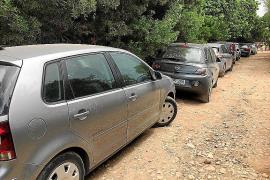 Los vehículos toman el camino de acceso a Cala Varques a pesar de la prohibición