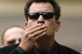 Charlie Sheen, despedido  de forma inmediata