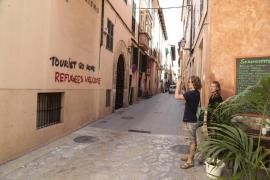 Pintadas en Blanquerna contra los pisos turísticos