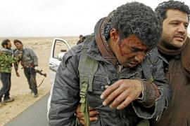 Gadafi acribilla con tanques y aviones las ciudades rebeldes de Zauiya y Ras Lanuf