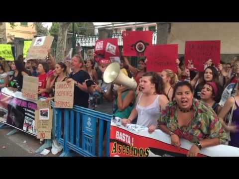 Los antitaurinos protestan ante la Plaza de Toros de Palma