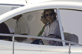 La reina Sofía y la infanta Elena siguen en barco la regata de Felipe VI