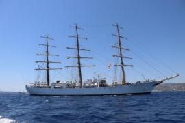 La espectacular fragata de la Armada argentina, en la bahía de Palma