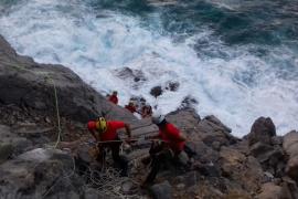 Rescatan a dos turistas alemanes sorprendidos por la mala mar en la playa artificial del Port de Sóller