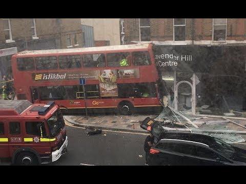 Un autobús de dos plantas se empotra contra una tienda de Londres