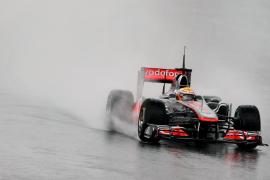 Hamilton (McLaren-Mercedes) marca  el único registro bajo una intensa lluvia
