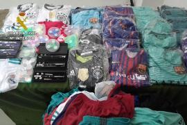 La Guardia Civil confisca en Cala Mandia unas 200 prendas deportivas de imitación