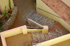 La rotura de unas tuberías inundan dos chalets de Camp de Mar