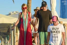 Paris Hilton y su novio salen de un conocido restaurante de ses Illetes de Formentera, cogidos de la mano.