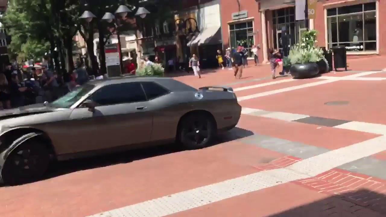 Al menos un muerto tras arrollar un coche a un grupo de personas en Virginia tras la marcha supremacista