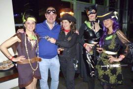 Divertida fiesta de disfraces en IO