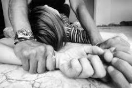 Agrede sexualmente a su compañera de piso y los otros cinco inquilinos no la socorren