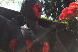 Profanan las estatuas de Lola y Antonio Flores del cementerio de la Almudena de Madrid