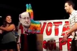 Apalean un muñeco de Mariano Rajoy en unas fiestas populares de Barcelona