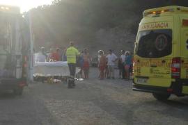 En estado crítico una mujer tras caerse de un acantilado de seis metros en Benirràs