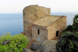 La torre de Cala en Basset, en estado de «degradación» y llena de peligros