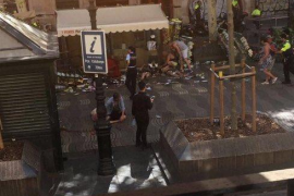Una furgoneta atropella a decenas de personas en la Rambla de Barcelona
