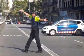 Dos mossos heridos al ser embestidos por un coche en un control policial en la Diagonal