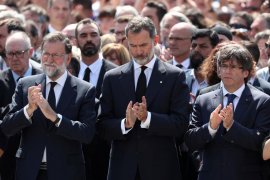 King Felipe of Spain stands between Prime Minister Mariano Rajoy and President of the Generalitat of Catalonia Carles Puigdemont