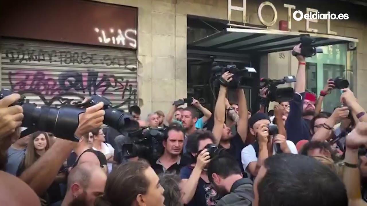 Tensión en La Rambla entre una marcha de ultraderecha y grupos antifascistas
