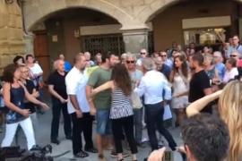 Agresión en el Ayuntamiento de Vic durante el minuto de silencio por el atentado de La Rambla