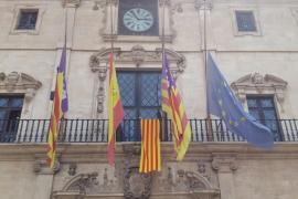 Cort cuelga una 'senyera' como muestra de solidaridad con el pueblo catalán tras los atentados