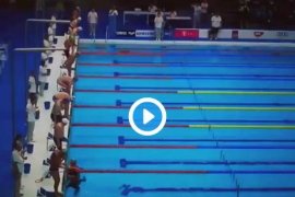 El gesto de un nadador con las víctimas de los atentados de Cataluña