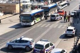 Al menos un muerto al empotrarse un coche contra dos paradas de autobús en Marsella