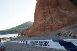 Sant Josep acordona parte de sa Caleta por caídas de rocas
