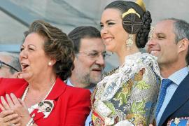 Rajoy se reencuentra con Camps en una visita marcada por la picaresca