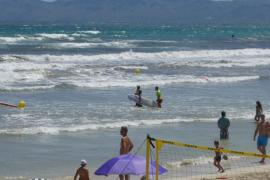 Denuncian a dos usuarios de paddle surf que invadieron la zona de baño por insultar, amenazar y agredir a socorristas en Playa de Muro