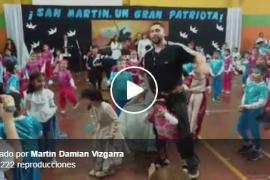 Un profesor cumple el sueño de una niña discapacitada: bailar con sus compañeros