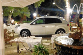 Un coche sin control embiste contra las mesas de un restaurante de Alcúdia lleno de clientes