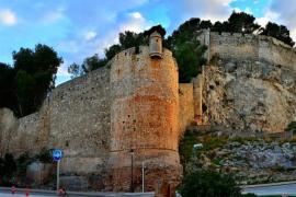 Una mujer se precipita con su hijo de 6 meses desde el castillo de Denia